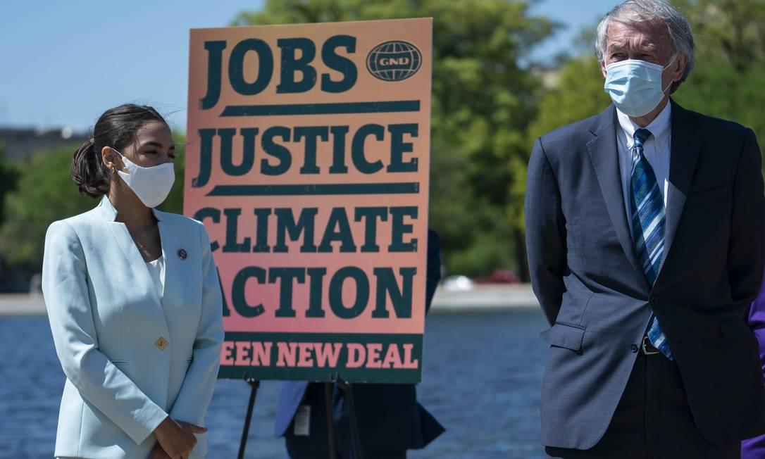 Deputada Alexandria Ocasio-Cortez e o senador Ed Markey durante o relançamento do New Deal Verde, proposta da ala progressista do Partido Democrata para o clima Foto: Sarah Silbiger / AFP