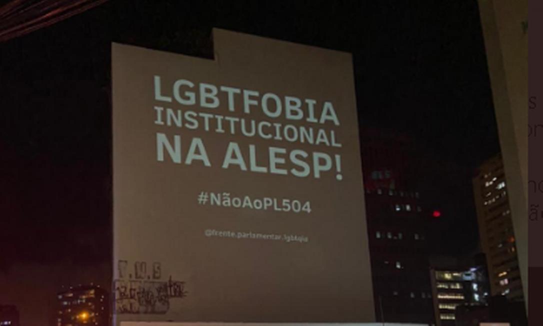Projeção contra projeto de lei em tramitação na Alesp Foto: Twitter @isapenna / Reprodução