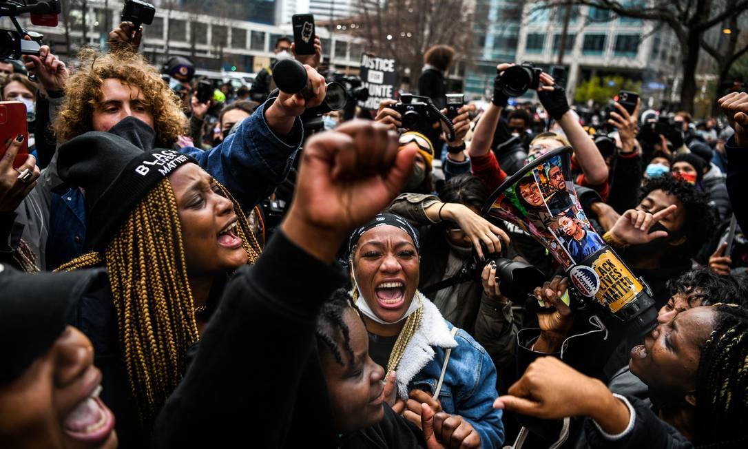 Manifestantes comemoram decisão do júri do lado de fora do tribunal, após condenação de Derek Chuavin pela morte de George Floyd Foto: CHANDAN KHANNA / AFP