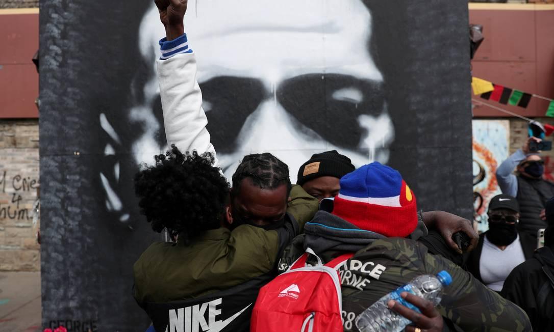 Pessoas negras se abraçam diante de imagem de George, na George Floyd Square em Minneapolis, Minnesota, EUA, Floyd, depois do veredicto no julgamento do ex-policial de Minneapolis Derek Chauvin Foto: ADREES LATIF / REUTERS