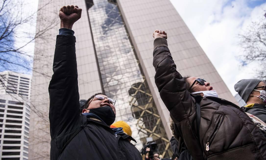 Manifestantes erguem o punho cerrado em memória à George Floyd Foto: Stephen Maturen / AFP