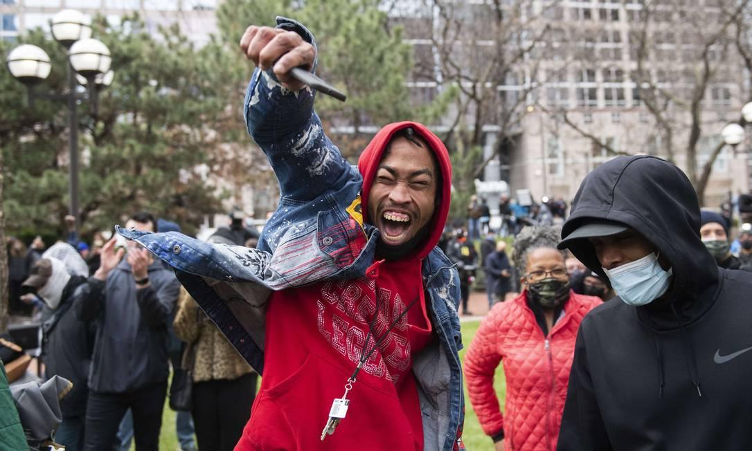 Pessoas comemoram a condenação por homicídio do ex-policial Derek Chauvino assassino de George Floyd Foto: Stephen Maturen / AFP
