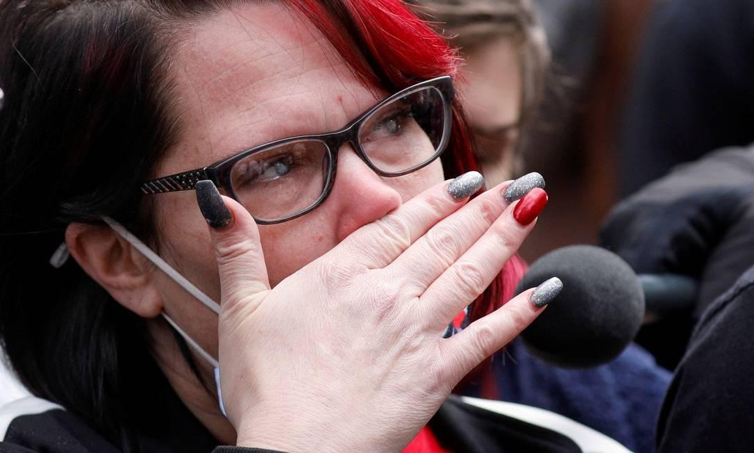 Courtney Ross, namorada de George Floyd, chora enquanto o anúncio do veredicto é esperado Foto: NICHOLAS PFOSI / REUTERS