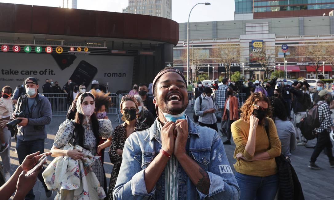 Jibrill morris reage após o veredicto no julgamento do ex-policial de Minneapolis Derek Chauvin, considerado culpado da morte de George Floyd, no Barclays Center em Brooklyn, Nova York, Nova York, EUA, 20 de abril de 2021. REUTERS / Jeenah Lua Foto: JEENAH MOON / REUTERS