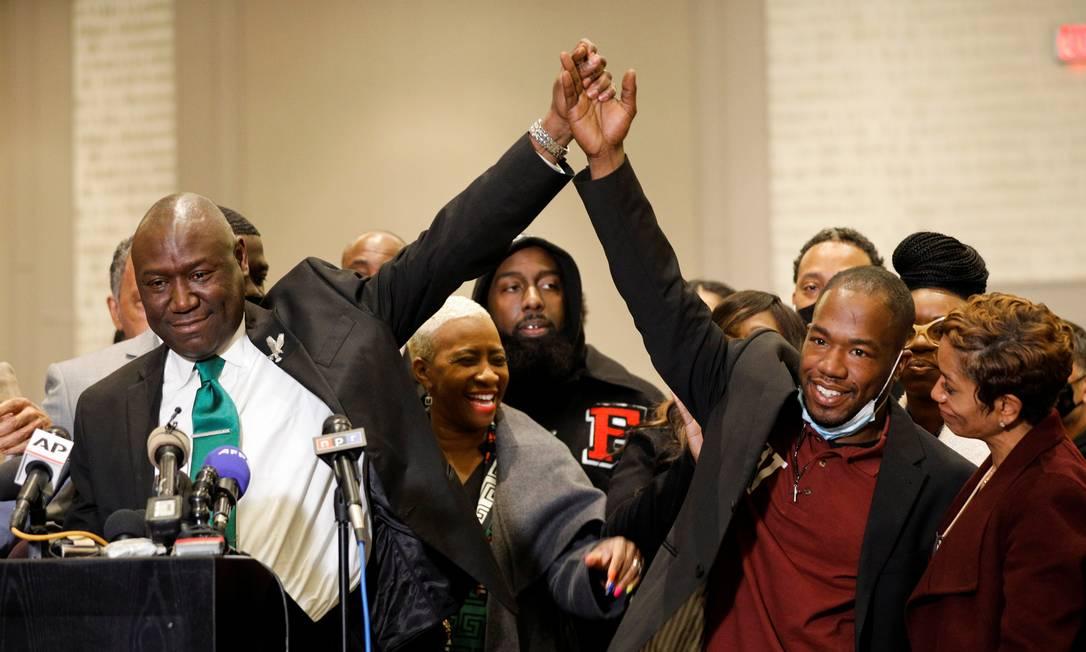 O advogado da família Floyd, Ben Crump, celebra com a testemunha Donald Williams durante entrevista coletiva após o veredicto no julgamento do ex-policial de Minneapolis Derek Chauvin, considerado culpado da morte de George Floyd, em Minneapolis, Minnesota, EUA Foto: NICHOLAS PFOSI / REUTERS