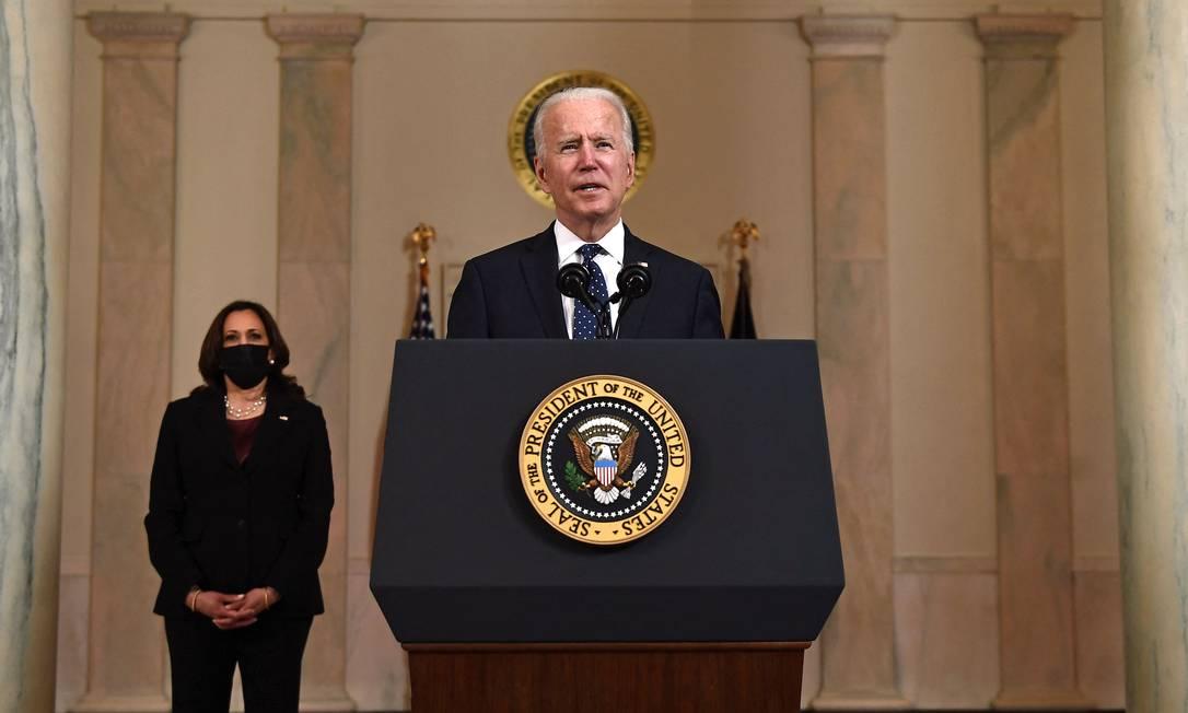 O presidente americano, Joe Biden, e a vice Kamala Harris durante pronunciamento na Casa Branca após julgamento do caso George Floyd Foto: BRENDAN SMIALOWSKI / AFP