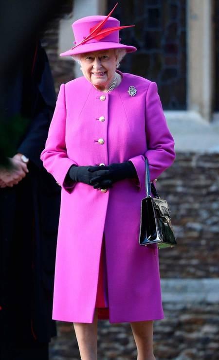 Cores fortes também entram no guarda-roupa da rainha. Além disso, Elizabeth costuma combinar as vestes com os chapéus, como esse modelo all pink da foto Foto: Getty Images
