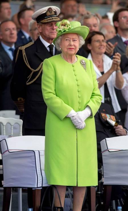 Rainha Elizabeth já ousou com um sobretudo verde florescente, ornando com o chapéu Foto: Reprodução