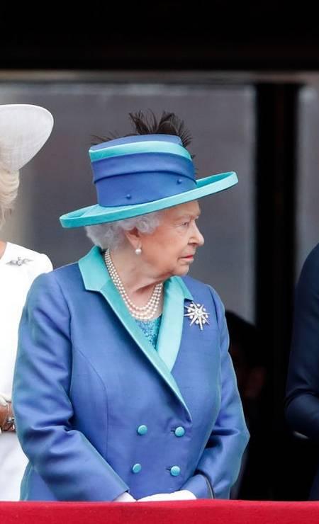 Variações da mesma cor também agradam a rainha, como este modelo da foto, que traz tons de azul royal e um escuro Foto: Getty Images