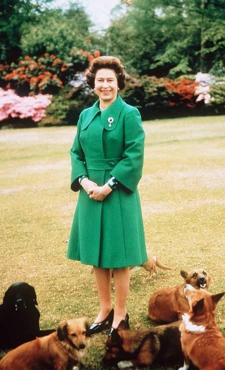 Neste retrato, a rainha aparece mais jovem optando por um verde vigoroso Foto: Getty Images