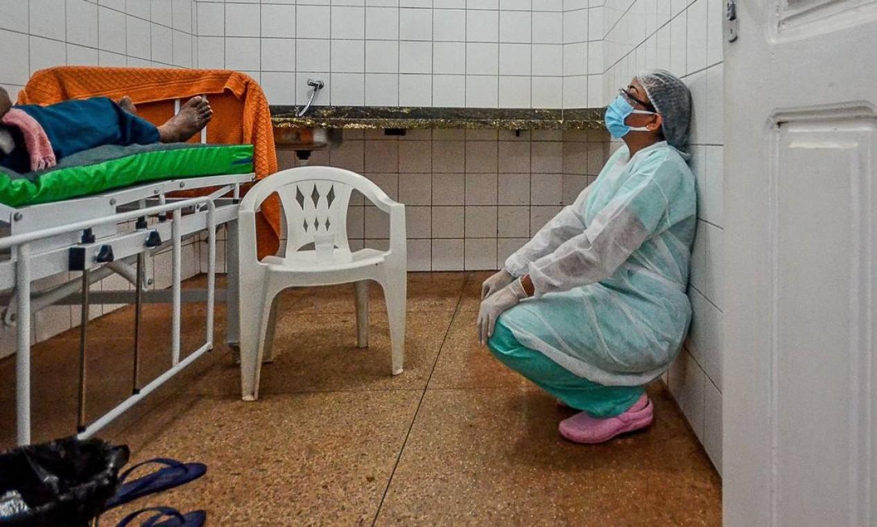 Médica demonstra cansaço enquanto um paciente com COVID-19 recebe oxigênio em um hospital improvisado em uma comunidade na costa do rio Moju, no Pará Foto: João Paulo Guimarães / AFP - 08/04/2021