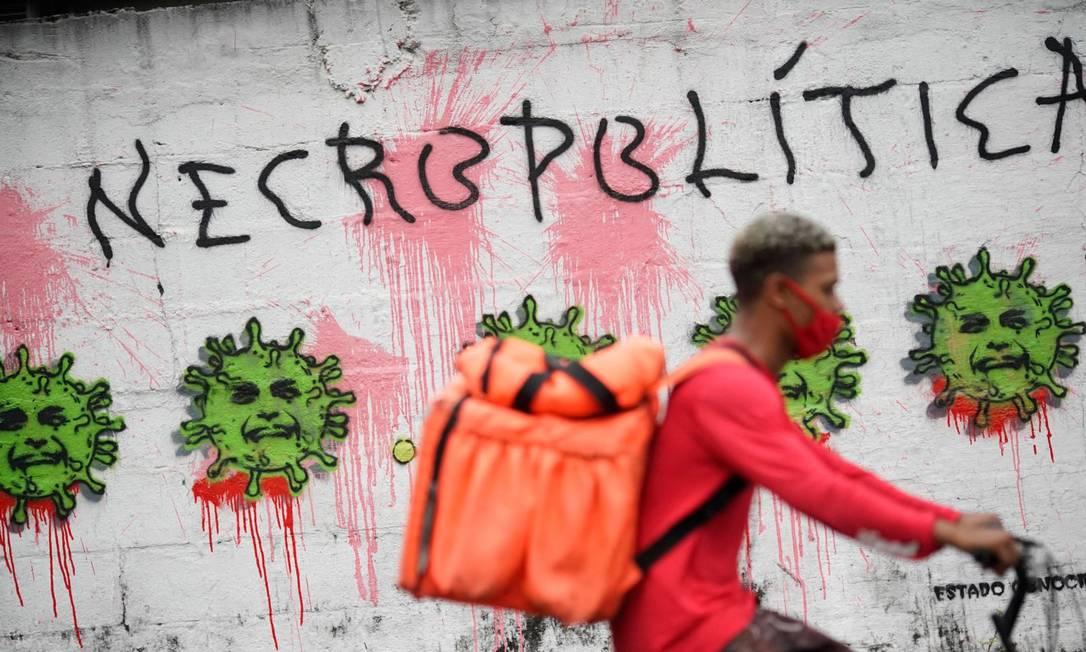 Um grafite na parede da Unidade Básica de Saúde da Tijuca (UPA) mostra o rosto do presidente Jair Bolsonaro como o novo coronavírus, na Tijuca, Zona Norte do Rio Foto: MAURO PIMENTEL / AFP - 08/04/2021