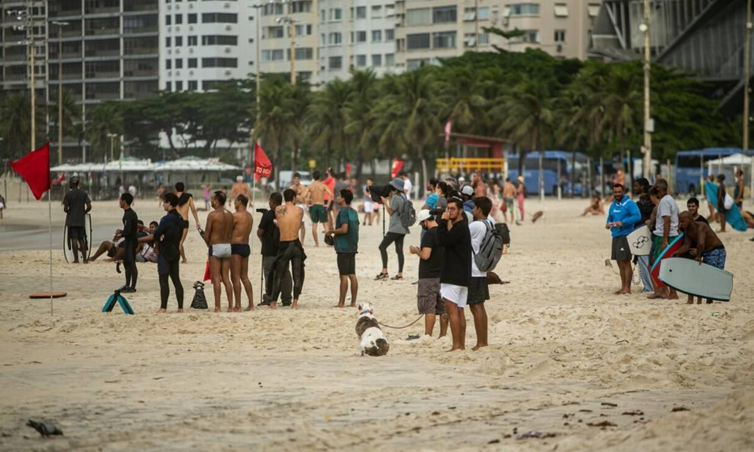 Mesmo com dia chuvoso e temperaturas mais baixas, teve que quem fosse à orla nesta quarta-feira, sem máscara e distanciamento Foto: Hermes de Paula / Agência O Globo