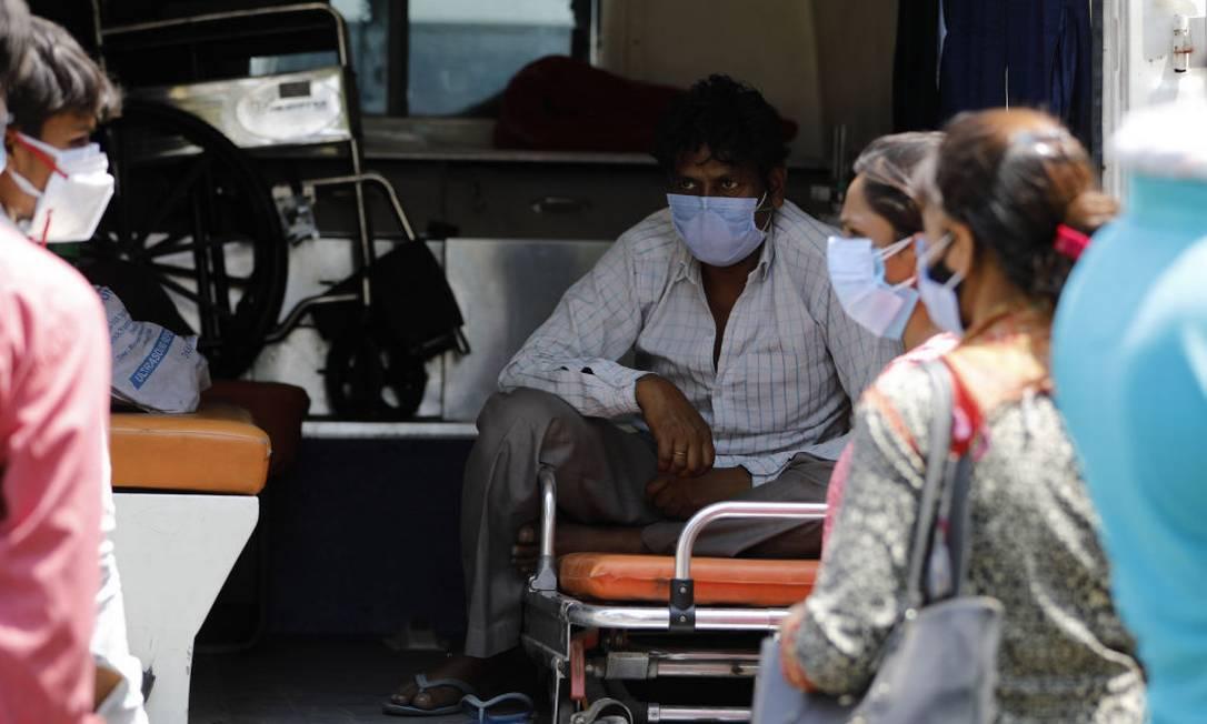 Paciente com Covid-19 espera na ambulância por vaga em hospital Foto: Anadolu Agency / Anadolu Agency via Getty Images