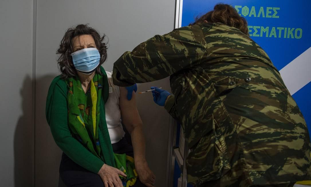 Mulher recebe vacina da Moderna em Atenas, na Grécia Foto: picture alliance / dpa/picture alliance via Getty I