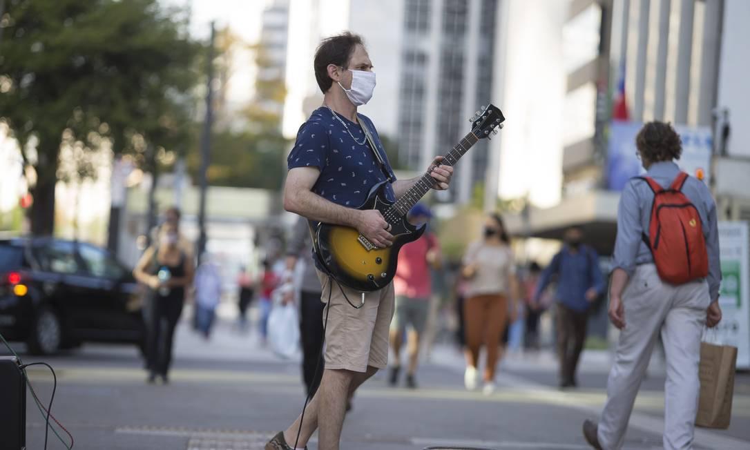 Artista de rua em São Paulo: cultura foi um dos setores mais afetados pela pandemia Foto: Edilson Dantas / Agência O Globo