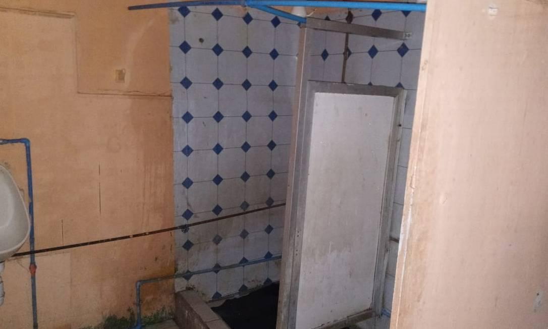 Banheiro do alojamento onde os caminhoneiros aguardam liberação para voltar ao Brasil Foto: Arquivo pessoal