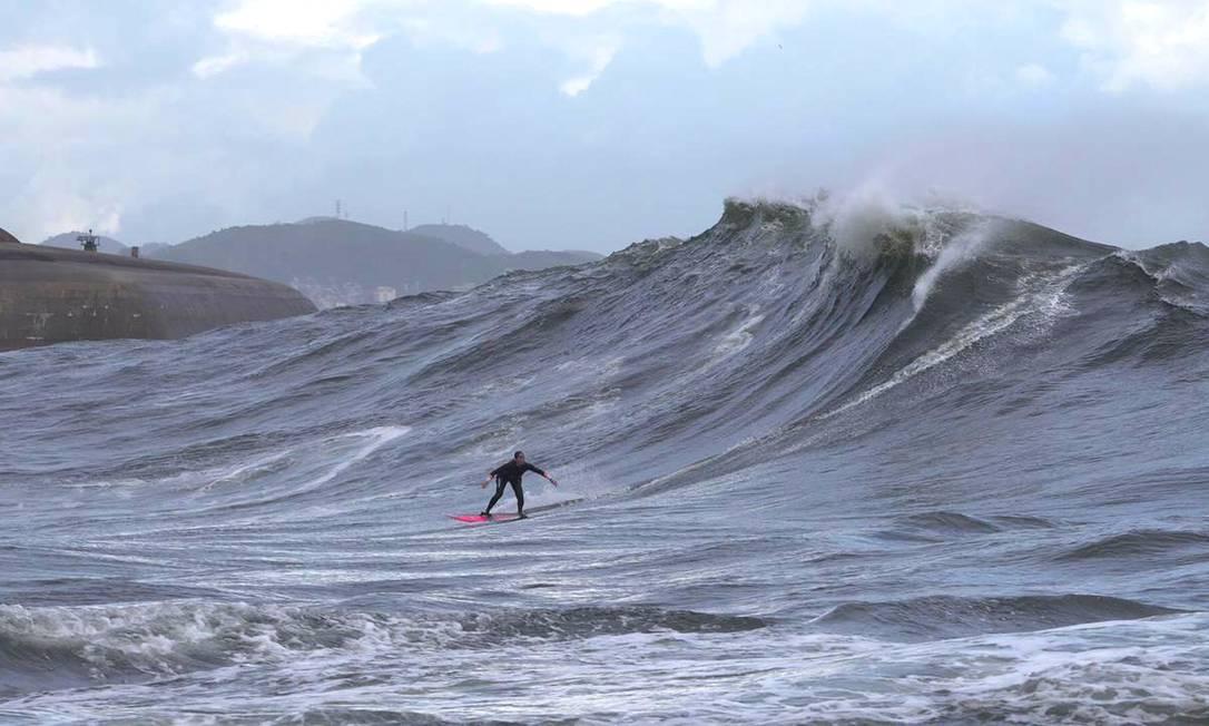 Michelle des Bouillons, a primeira mulher a surfar a Laje da Besta Foto: Renan Vignoli/Divulgação