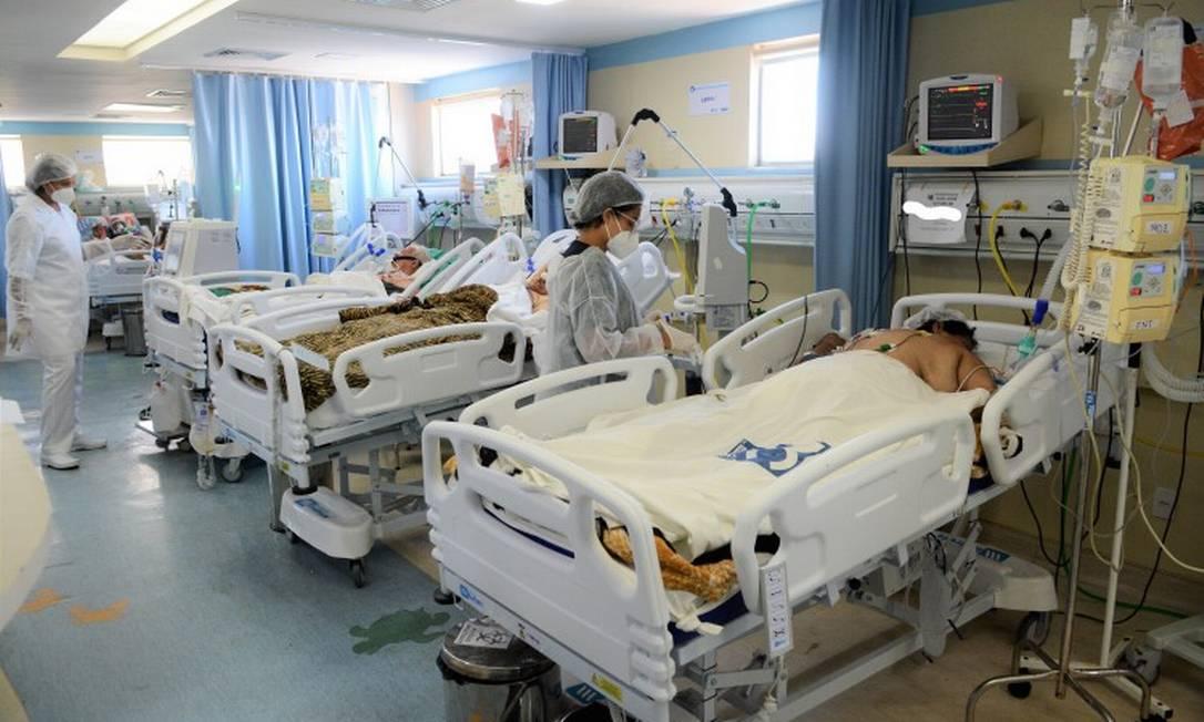 Luta pela vida: UTI do Hospital São José, em Caxias, referência no tratamento da Covid-19, lotada de pacientes Foto: Jorge Hely em 27-1-2021 / Agência O Globo
