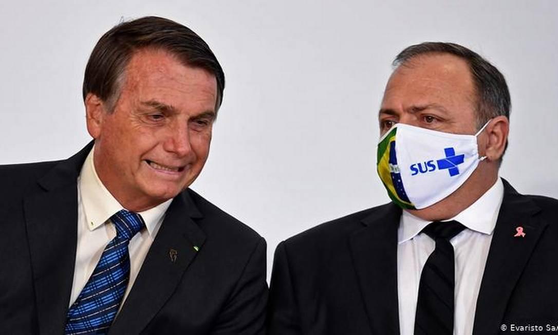 Bolsonaro ao lado do ex-ministro da Saúde Eduardo Pazuello, o terceiro a ocupar a pasta durante a pandemia Foto: Evaristo Sa/ AFP