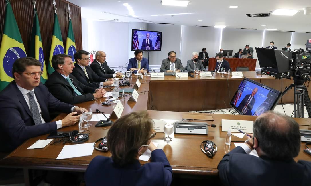 Presidente Jair Bolsonaro se comprometeu a reduzir emissões em 40% e fim do desmatamento ilegal até 2030 e clamou por parceria global Foto: MARCOS CORREA/BRAZILIAN PRESIDEN / Via REUTERS