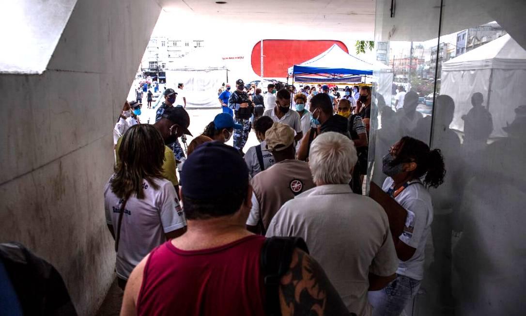 Pessoas enfrentam longa fila para tomar vacina em Caxias em 21/04/2021 Foto: Maria Isabel Oliveira / Agência O Globo