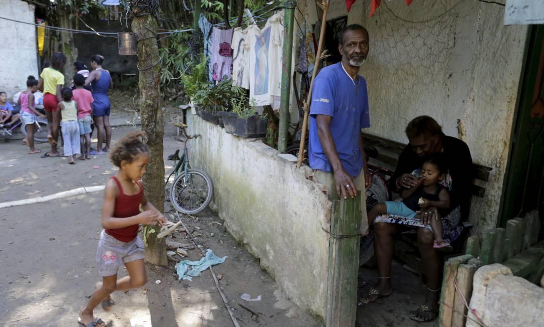Paulo de Paiva mora com familiares, no Quilombo Maria Conga, em Magé, na Baixada Fluminense. Ele ainda não foi vacinado Foto: Domingos Peixoto / Agência O Globo