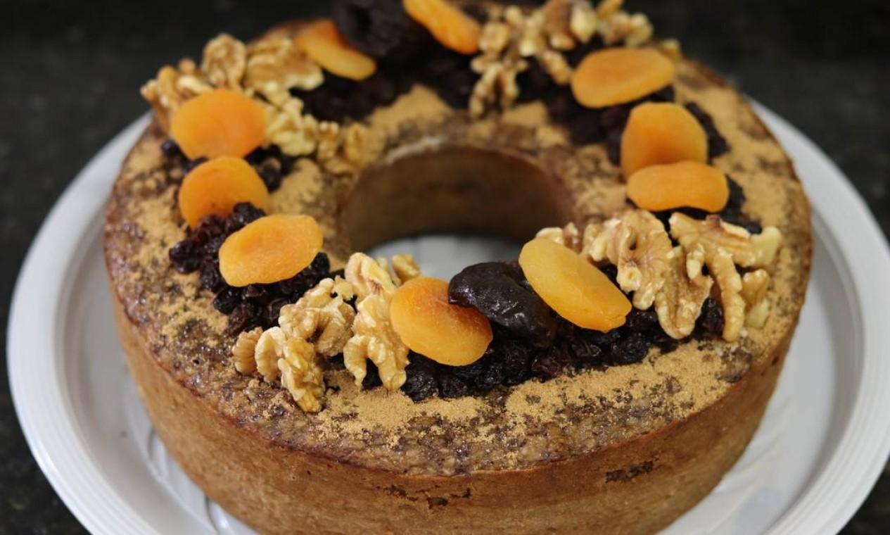 Funcional. O bolo de banana da Fika Café (99512-8206) é feito sem açúcar, sem glúten e sem lactose. Leva aveia, uva passa, ovo, azeite, ameixa, nozes e canela e sai a R$10,90 a fatia Foto: Divulgação