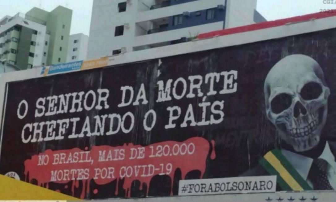 """Outdoor em Recife que responsabiliza Bolsonaro pelas mortes na pandemia. No texto, há as frases """"O senhor da morte chefiando o país"""" e """"No Brasil, mais de 120.000 mortes por Covid-19"""". Atualmente, mais de 381 mil vidas já foram ceifadas pela doença no país Foto: Reprodução"""