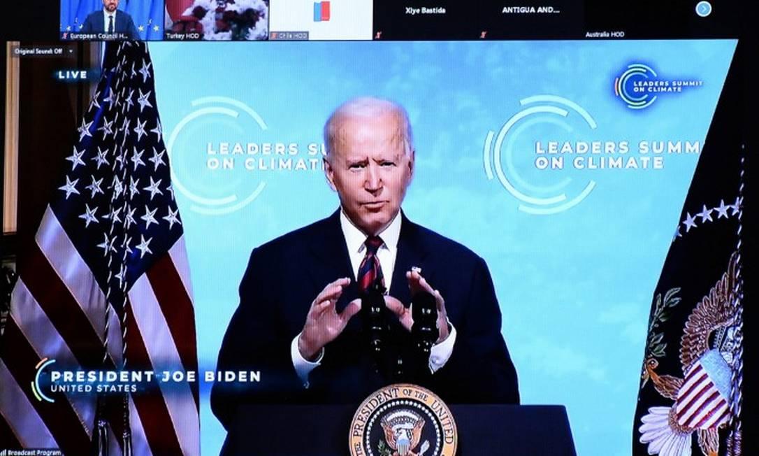 Televisão mostrando o presidente dos EUA, Joe Biden, durante participação do presidente do Conselho Europeu, Charles Michel, na Cúpula de Líderes sobre o Clima Foto: JOHANNA GERON / REUTERS