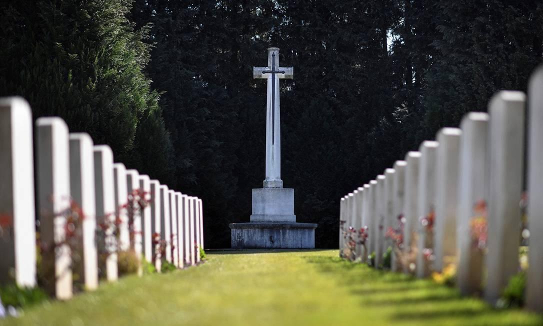 Túmulos em área de um cemitério dedicado aos militares da Primeira e Segunda Guerra Mundial em Maidstone, no Reino Unido Foto: BEN STANSALL / AFP