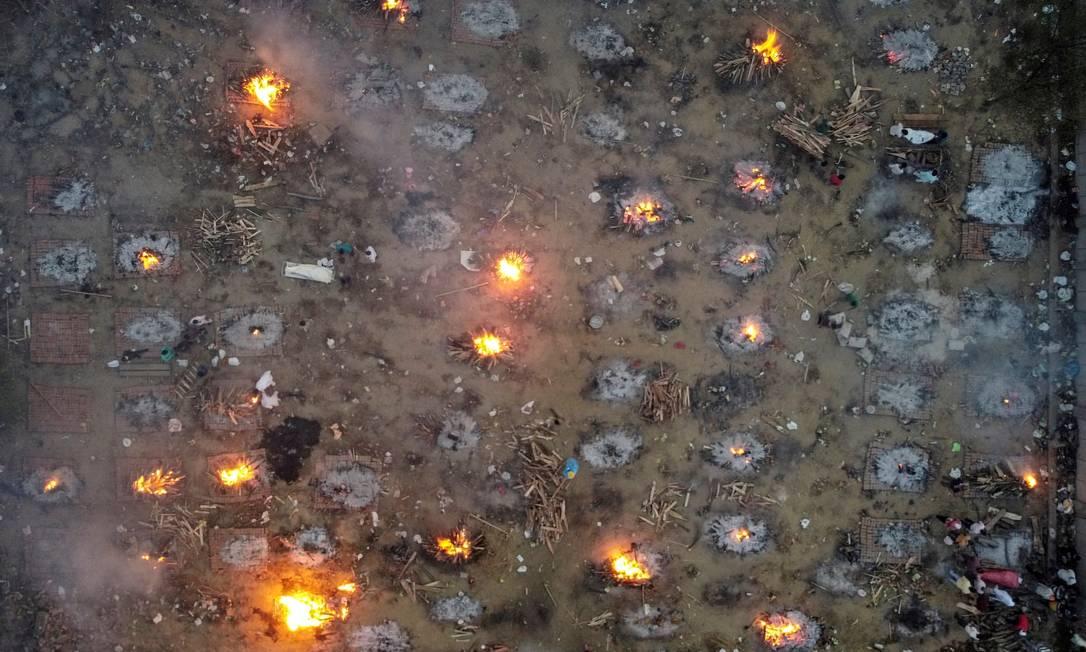 Imagem aérea mostra terreno usado para cremação em massa de vítimas da COVID-19, em Nova Delhi Foto: Danish Siddiqui / REUTERS