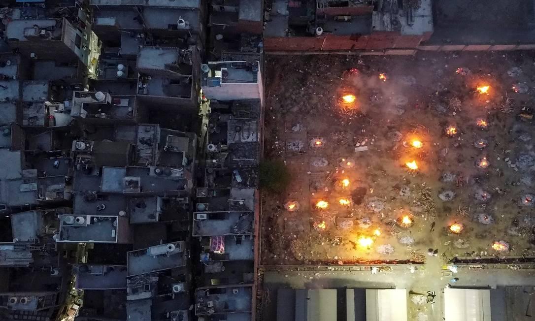 Imagem aérea mostra terreno usado para cremação em massa de vítimas da COVID-19, em Nova Delhi, Índia Foto: Danish Siddiqui / REUTERS