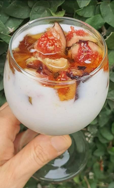 Personalizado. Na Vivo Vegan (98128-4248), o manjar vivo e vegano de coco com cobertura de figo é adoçado com as frutas, mas para quem prefere um sabor mais adocicado, é possível incluir a calda de Agáve Azul Orgânica. Sai a R$ 45 (500g) Foto: Divulgação