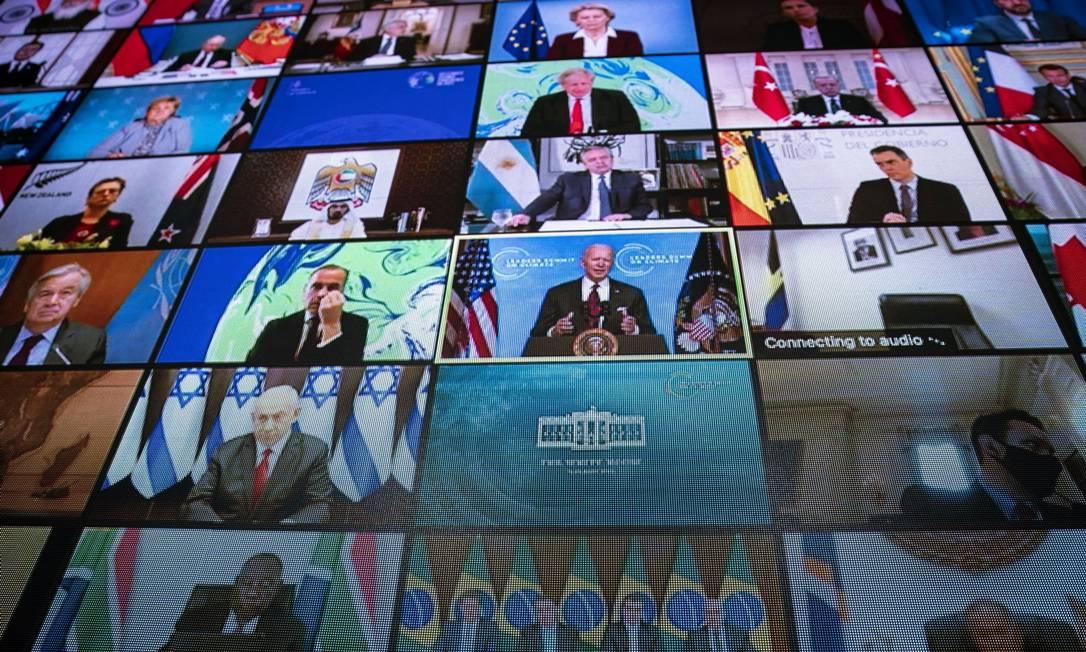 Monitor de vídeo mostra o presidente dos EUA, Joe Biden (centro), discursando virtualmente na Cúpula de Líderes sobre o Clima, enquanto outros dirigentes mundiais observam Foto: Al Drago / Bloomberg