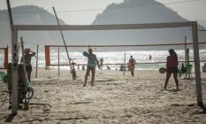 Atividades esportivas na orla: apenas quatro pessoas podem participar pelas novas regras da prefeitura do Rio Foto: Agência O Globo