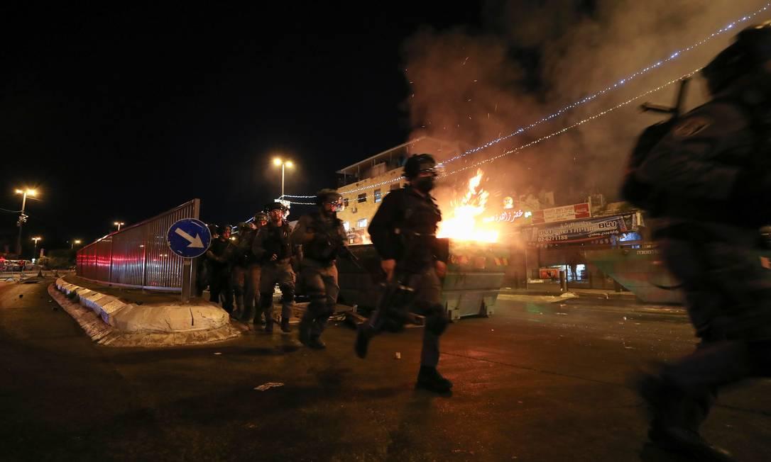 Policiais israelenses tentam dispersar confrontos entre palestinos e ultranacionalistas israelenses, em Jerusalém Foto: AMMAR AWAD / REUTERS