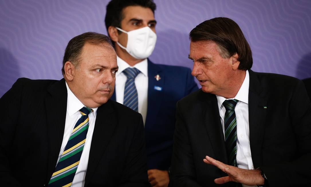 O presidente Jair Bolsonaro e o então ministro Eduardo Pazuello, durante cerimônia no Planalto sobre vacinação Foto: Pablo Jacob/Agência O Globo/16-12-2020