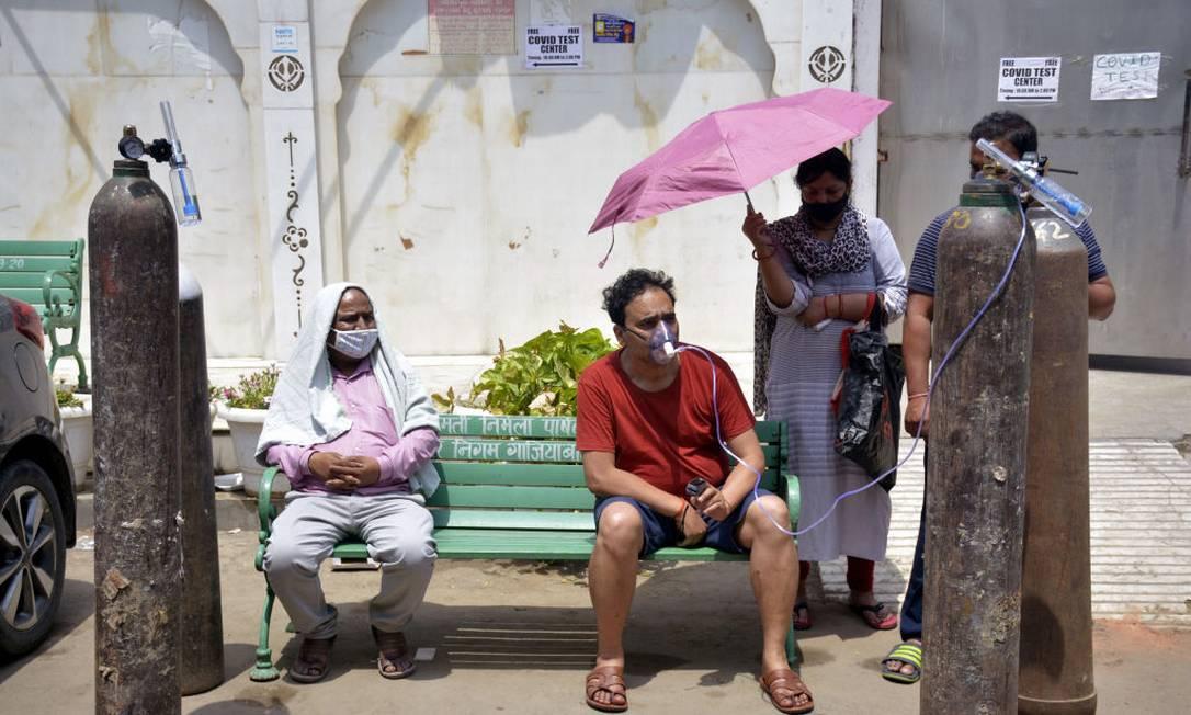 Colapso: paciente recebe oxigênio em frente a um hospital na Índia Foto: Hindustan Times / Hindustan Times via Getty Images