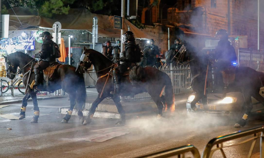 Polícia dispersa manifestantes palestinos perto da Cidade Velha de Jerusalém Foto: AHMAD GHARABLI / AFP