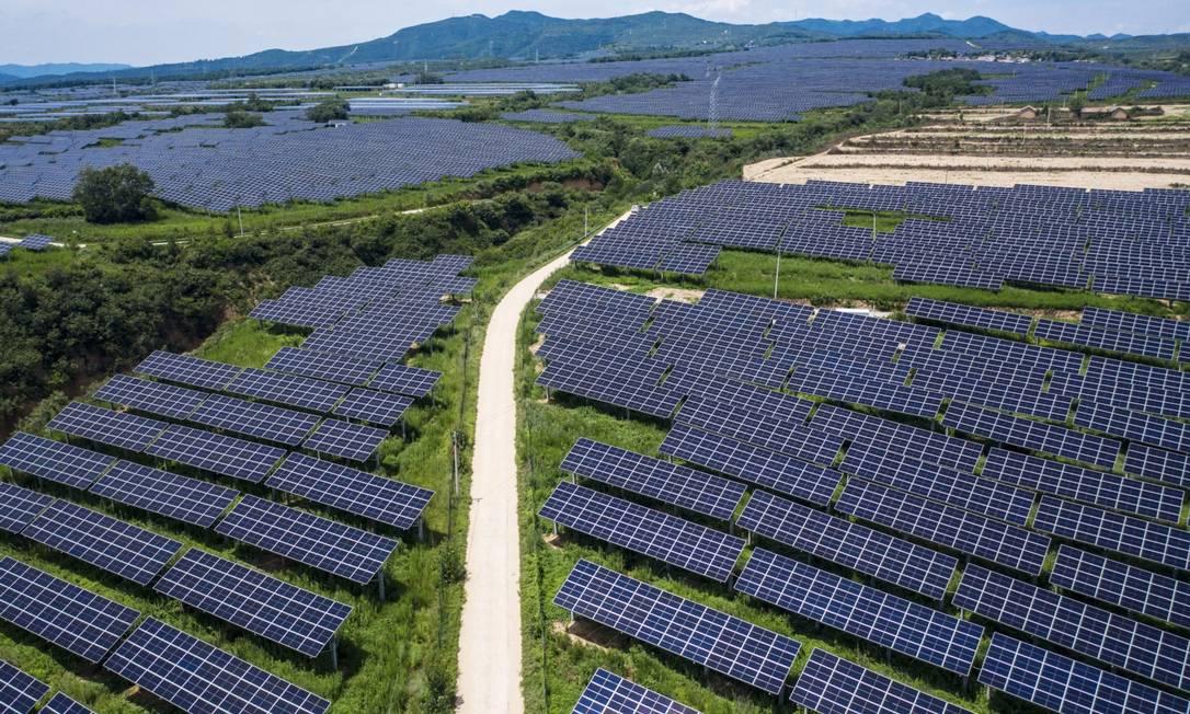 Centenas de painéis fotovoltaicos ocupam uma enorma fazenda solar na China: país investe pesado em novas tecnologias, enquanto Brasil fica atrás, alertam especialistas Foto: Bloomberg Creative Photos / Bloomberg Creative