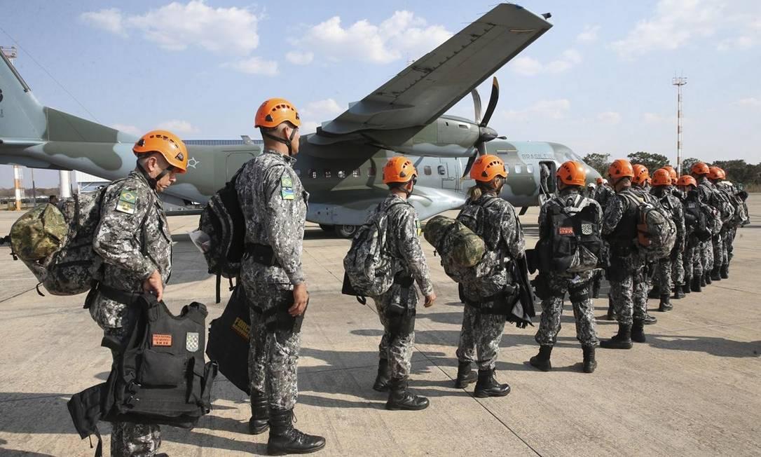 Membros da Força Nacional de Segurança, que ajudarão no combate a incêndios na Amazônia, embarcam na Base Aérea de Brasília: contingente conta com financiamento que não é utilizado Foto: Antonio Cruz/Agência Brasil