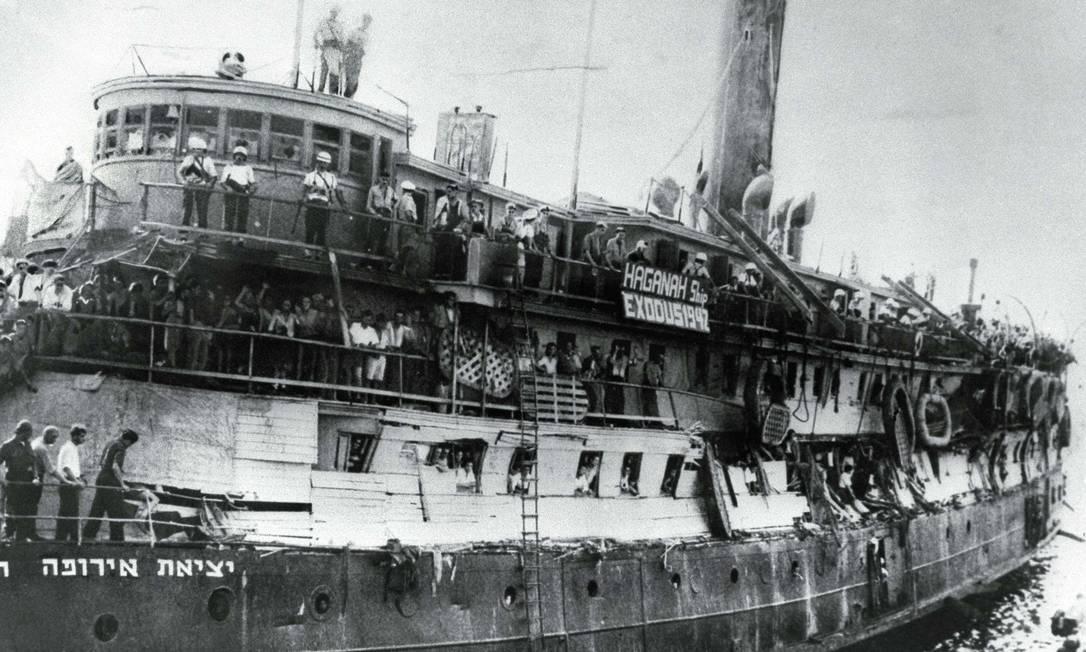 O navio Exodus, com centenas de judeus da Europa, chega ao porto de Haifa, em maio de 1947 Foto: Frank Shershel / Reuters/22-5-1947