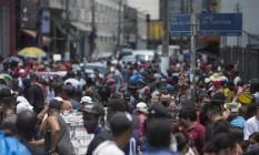 Rua lotada em São Paulo: estratégia em municípios é transformar comércio em atividade essencial para que possa funcionar na pandemia Foto: Edilson Dantas / 19-12-2020