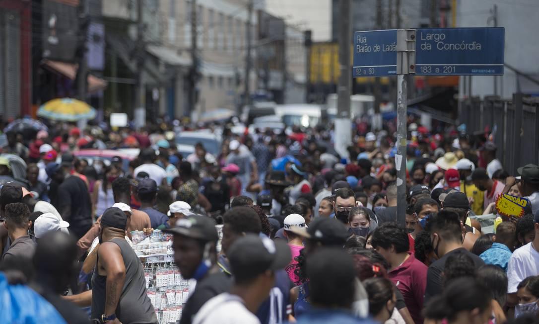 Rua lotada em São Paulo: além de aceleração da vacinação, epidemiologistas pedem manutenção de isolamento e uso de máscaras Foto: Edilson Dantas / 19-12-2020
