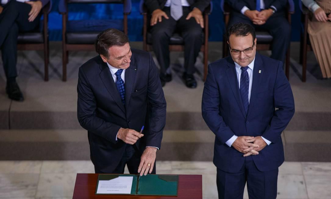 Jair Bolsonaro ao lado do seu ex-ministro Jorge Oliveira, indicado por ele, em 2020, para vaga aberta no TCU: presidente atua para ampliar sua influência e mudar correlação de forças no tribunal Foto: Daniel Marenco / 24-06-2019