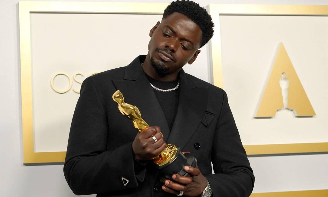 """Daniel Kaluuya levou a estatueta de melhor ator coadjuvante por seu papel em """"Judas e o messias negro"""" Foto: CHRIS PIZZELLO / AFP"""