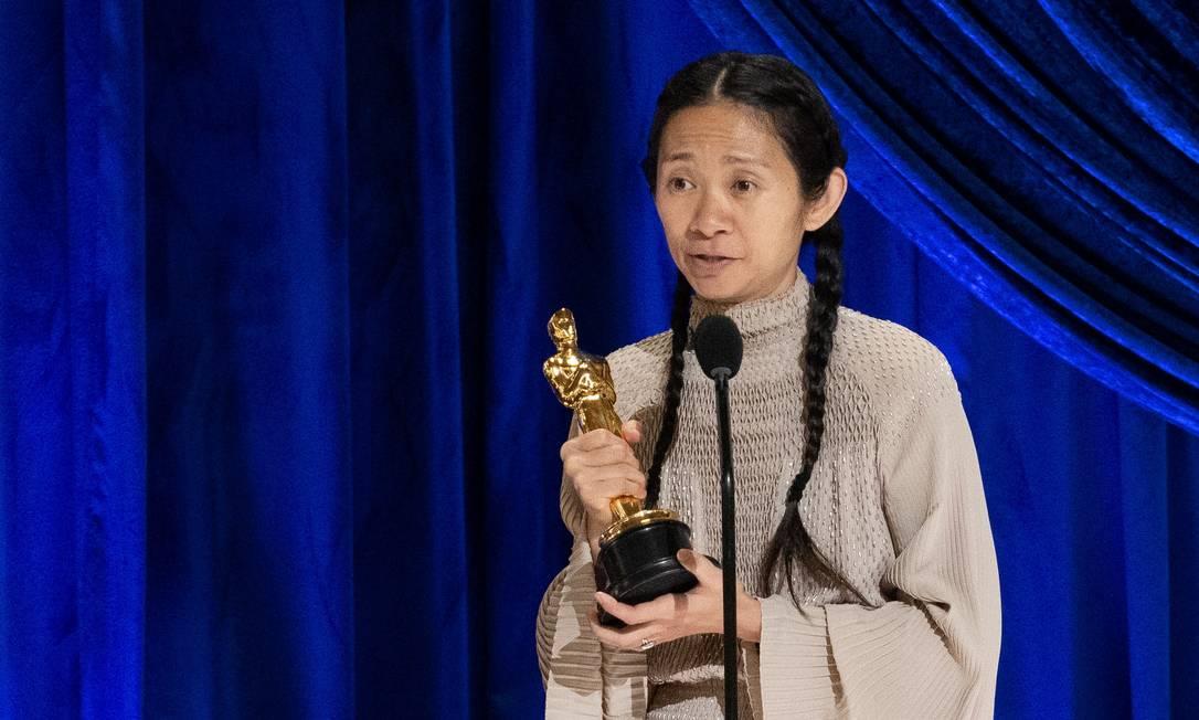 """Chloé Zhao confirmou as expectativas e levou o prêmio de melhor diração pelo filme """"Nomadland"""". É a primeira mulher não branca a levar a estatueta Foto: A.M.P.A.S / via REUTERS"""