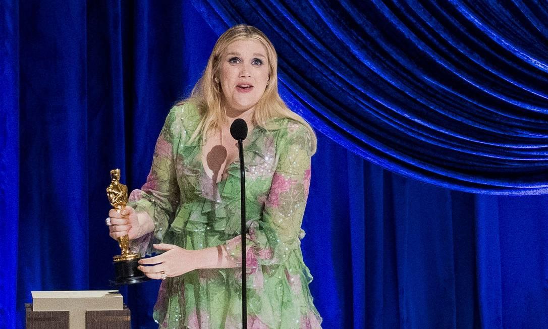 """Primeira premiada da noite, Emerald Fennell, vencedora da estatueta de melhor roteiro original com """"Bela Vingança"""" Foto: A.M.P.A.S / via REUTERS"""