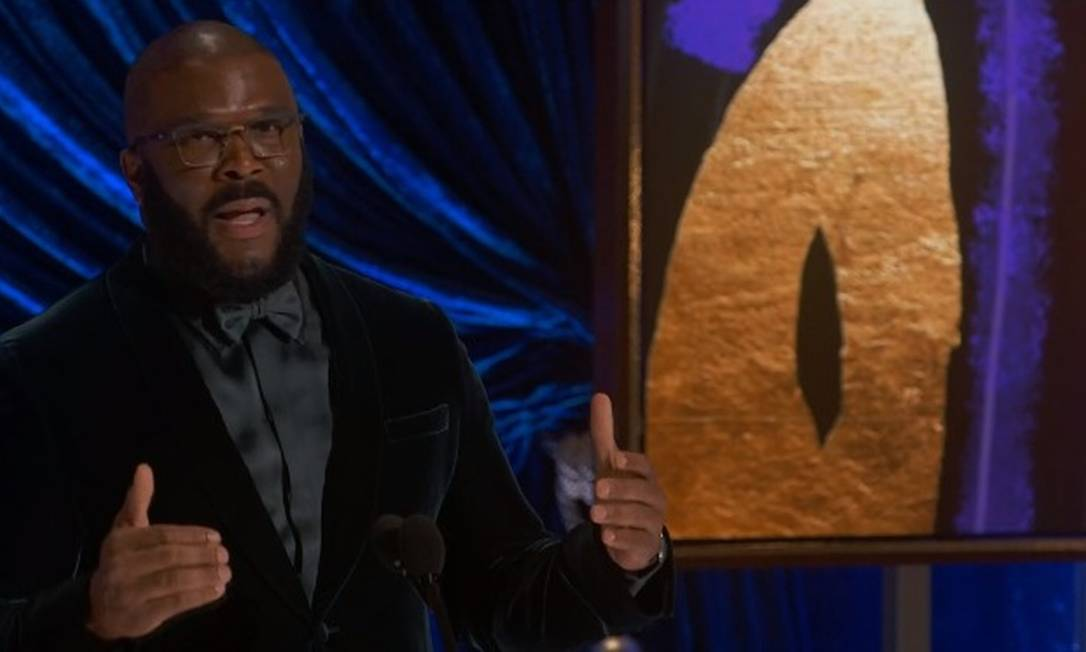 Tyler Perry também recebeu o prêmio humanitário da noite, junto com a Motion Picture & Television Fund Foto: Reprodução